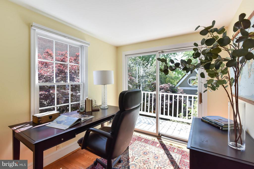 A cheerful office w/ sliding doors to the balcony - 727 LEE ST S, ALEXANDRIA
