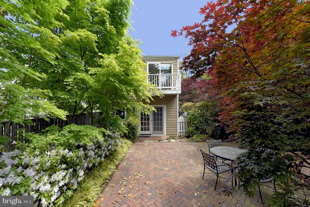 An alluring brick patio with mature plantings - 727 LEE ST S, ALEXANDRIA