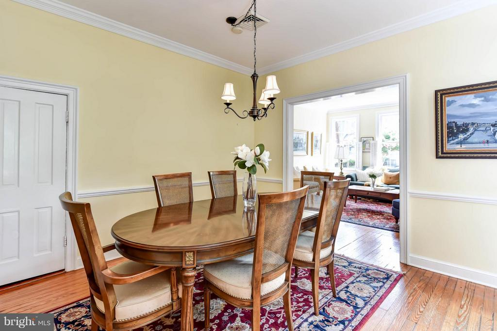 Spacious dining room surrounded by chair railing - 727 LEE ST S, ALEXANDRIA