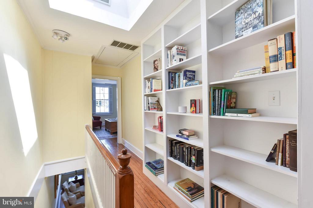 The upper level includes a skylight and built-ins - 727 LEE ST S, ALEXANDRIA