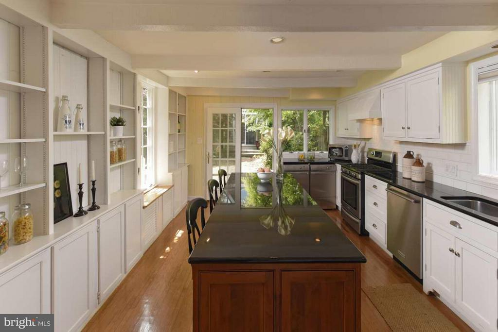 A country kitchen with granite countertops - 727 LEE ST S, ALEXANDRIA