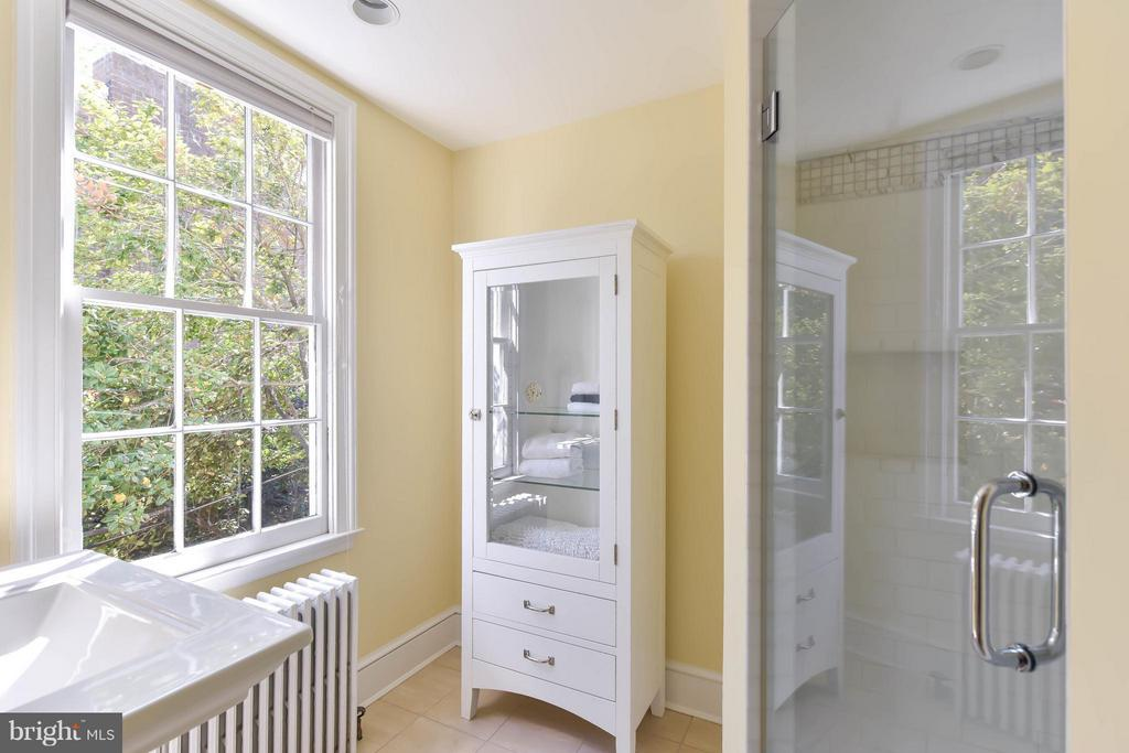 An updated master ensuite with walk-in shower - 727 LEE ST S, ALEXANDRIA
