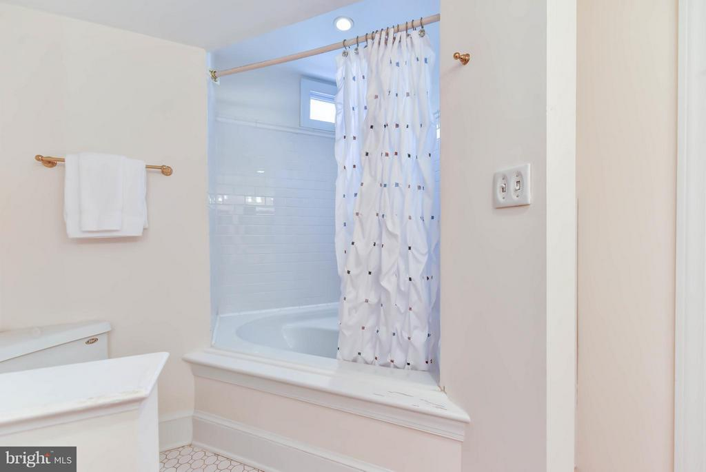 A deep soaking bathtub complete the master ensuite - 307 WOLFE ST, ALEXANDRIA