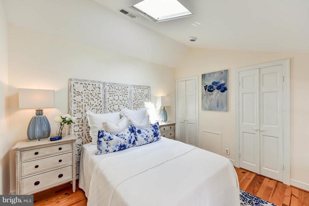 The 3rd BR offer a walk-in closet and ensuite bath - 307 WOLFE ST, ALEXANDRIA