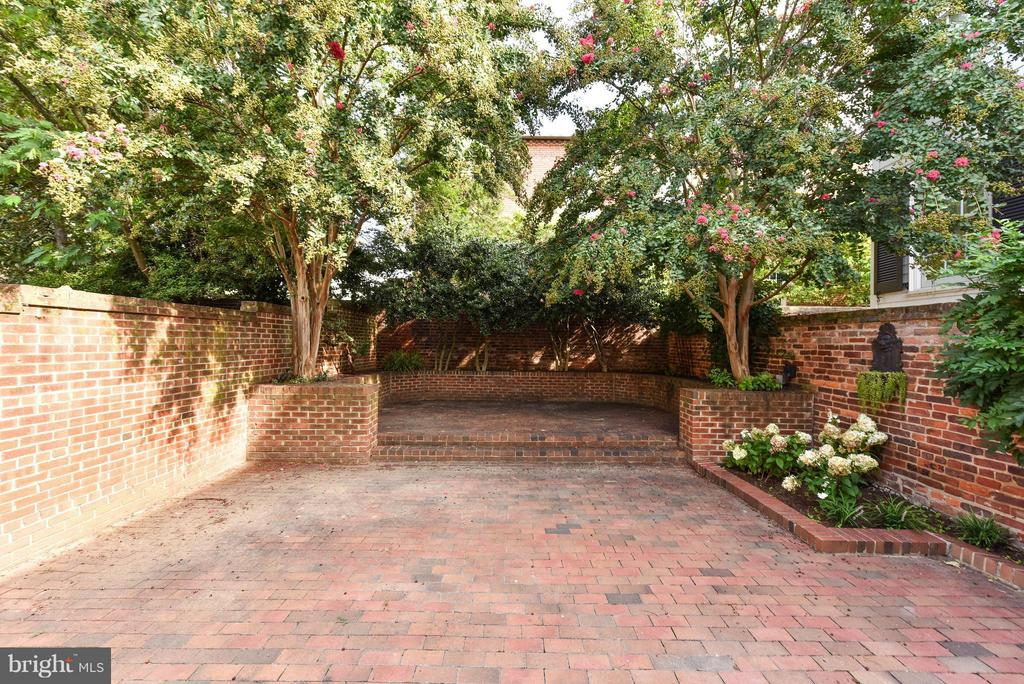 A spacious private brick patio w/mature plantings - 307 WOLFE ST, ALEXANDRIA