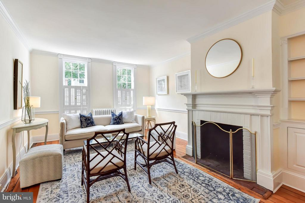 A generous living room with wood burning fireplace - 307 WOLFE ST, ALEXANDRIA
