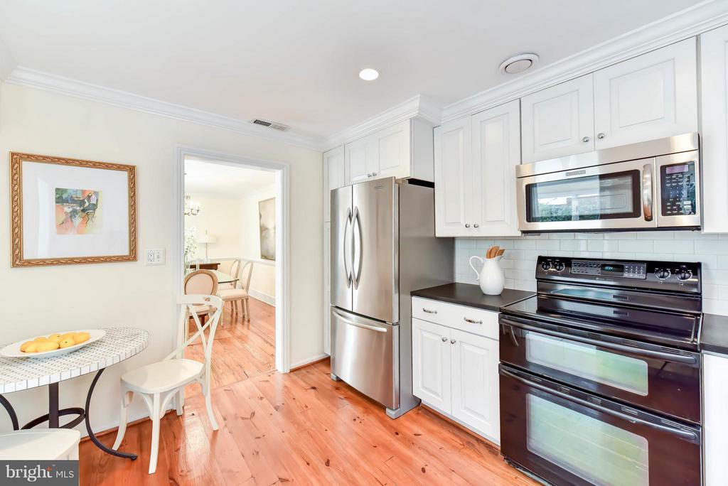 The kitchen features ample cabinets for storage - 307 WOLFE ST, ALEXANDRIA