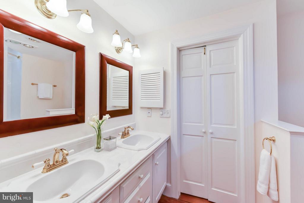Double vanities offered in the master ensuite bath - 307 WOLFE ST, ALEXANDRIA