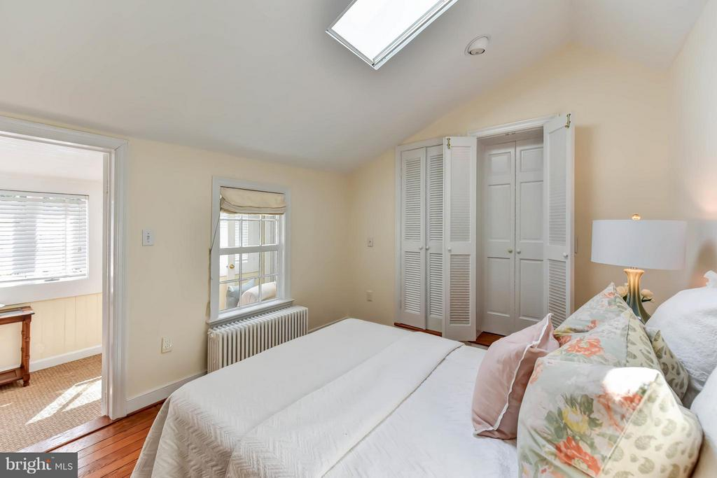 A second bedroom steps from the master w/HW floors - 307 WOLFE ST, ALEXANDRIA