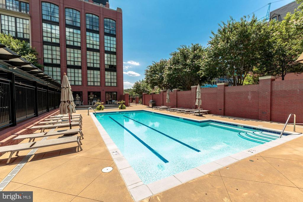 Outdoor swimming pool right below your balconies - 1600 CLARENDON BLVD #W301, ARLINGTON