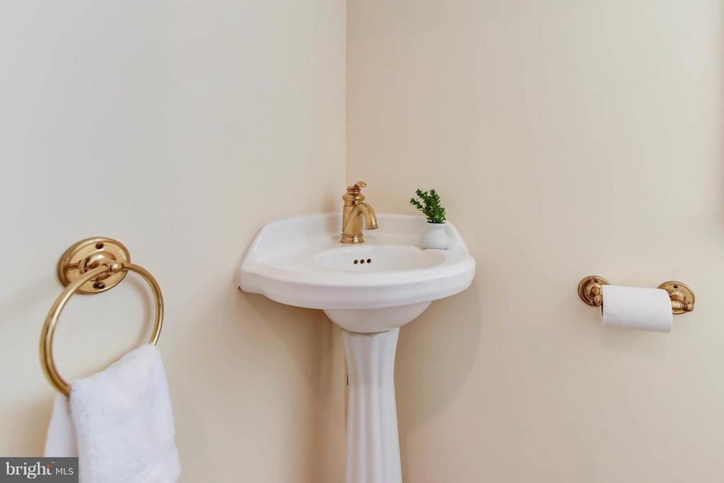 A quaint half bath located under the main stairs - 307 WOLFE ST, ALEXANDRIA