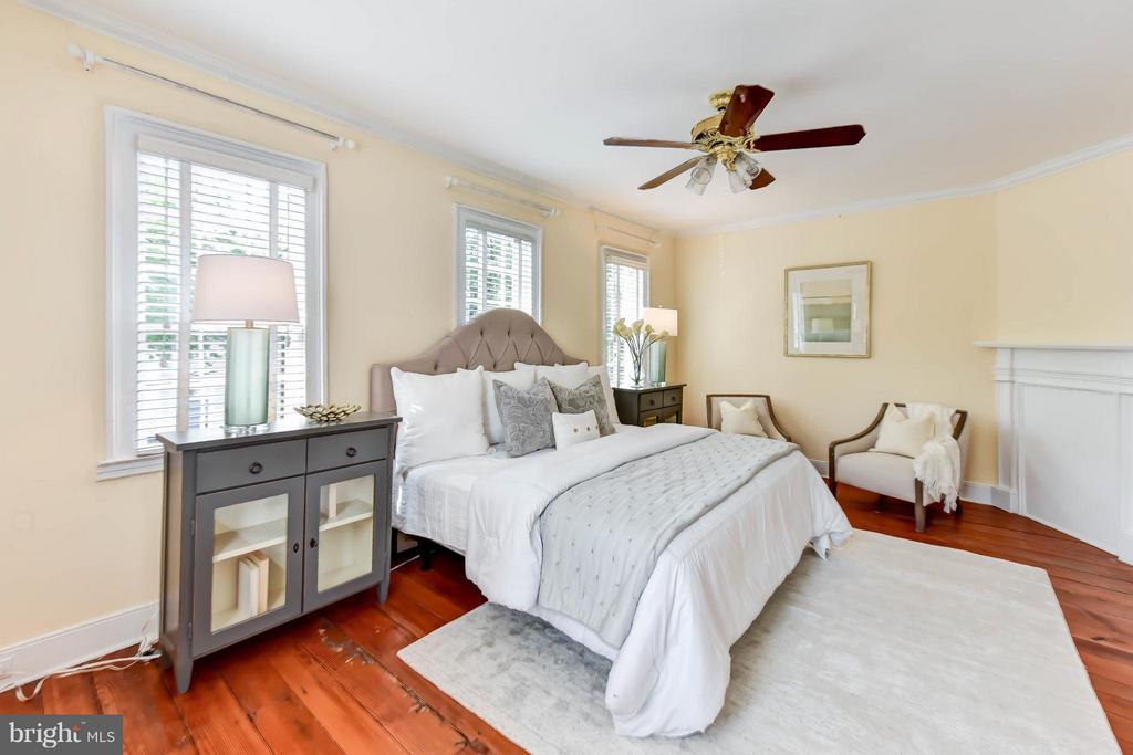 A sizable master bedroom with decorative mantel - 307 WOLFE ST, ALEXANDRIA