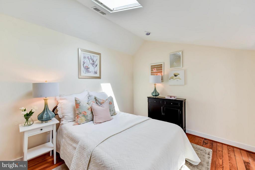 The skylight brings natural light into this room - 307 WOLFE ST, ALEXANDRIA