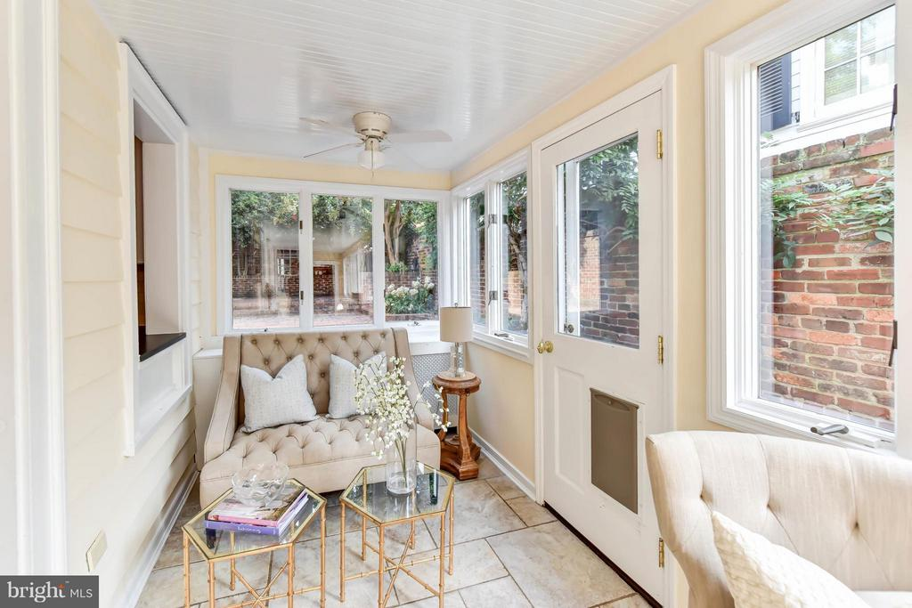 Family room off the kitchen w/access to the patio - 307 WOLFE ST, ALEXANDRIA