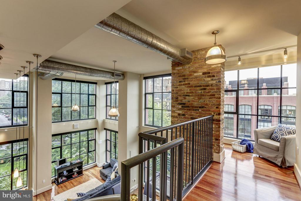 Cozy upstairs nook with a view - 1600 CLARENDON BLVD #W301, ARLINGTON
