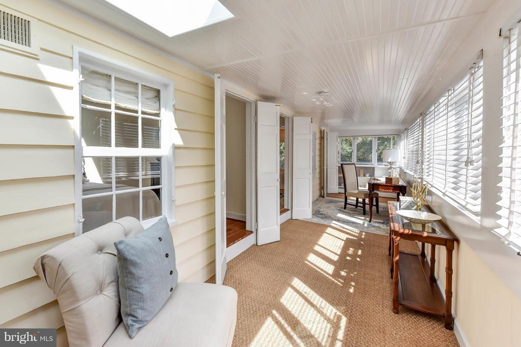 The sitting room features a skylight and shutters - 307 WOLFE ST, ALEXANDRIA