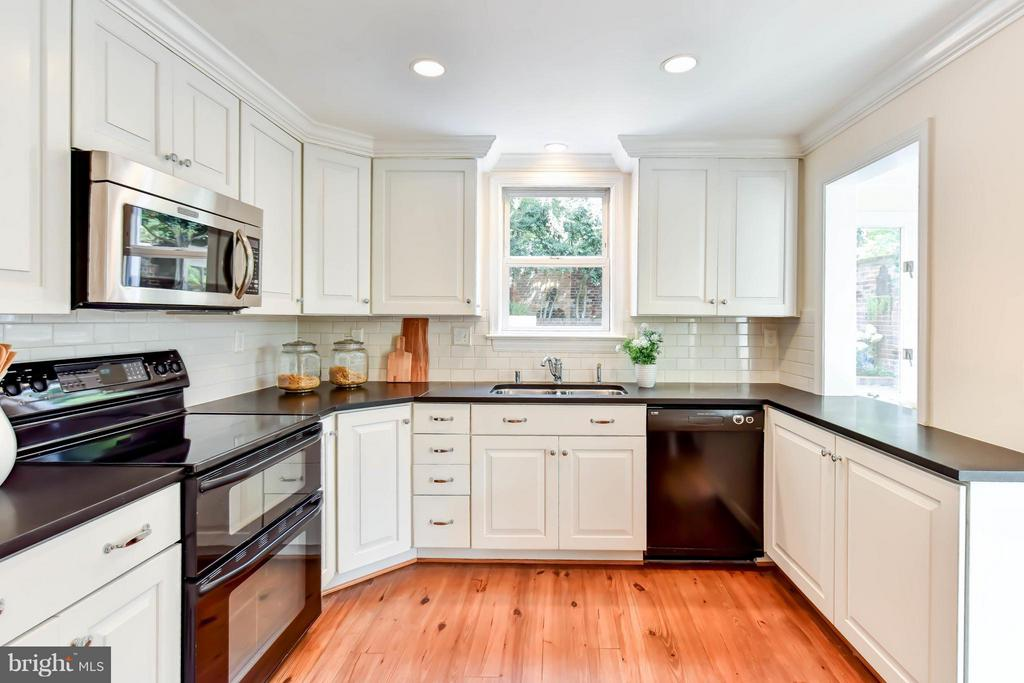 An updated kitchen with opening to the family room - 307 WOLFE ST, ALEXANDRIA