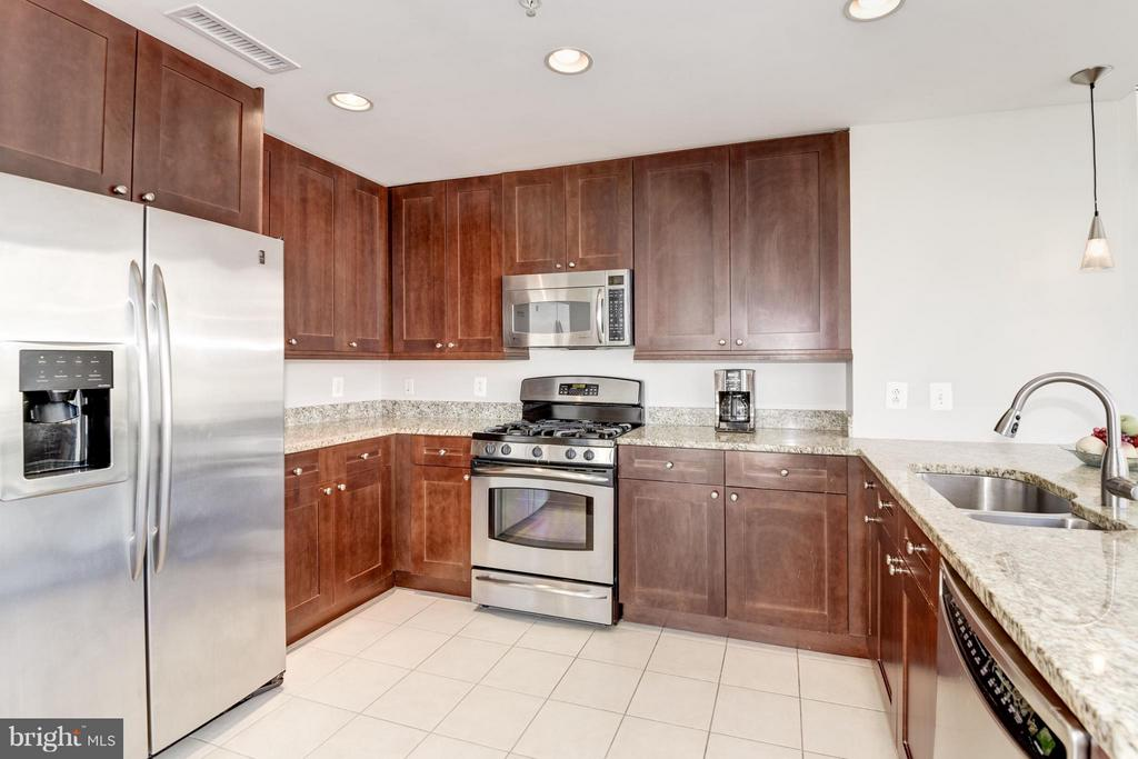 Large Modern kitchen with big breakfast bar - 11990 MARKET ST #405, RESTON