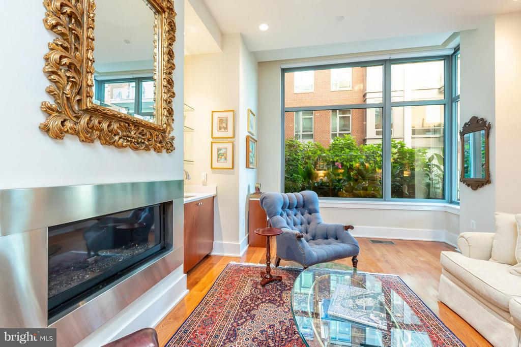 Living Room with gas fireplace - 601 FAIRFAX ST N #212, ALEXANDRIA