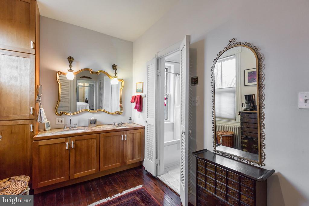 Large master bath with dressing area - 218 ALFRED ST N, ALEXANDRIA