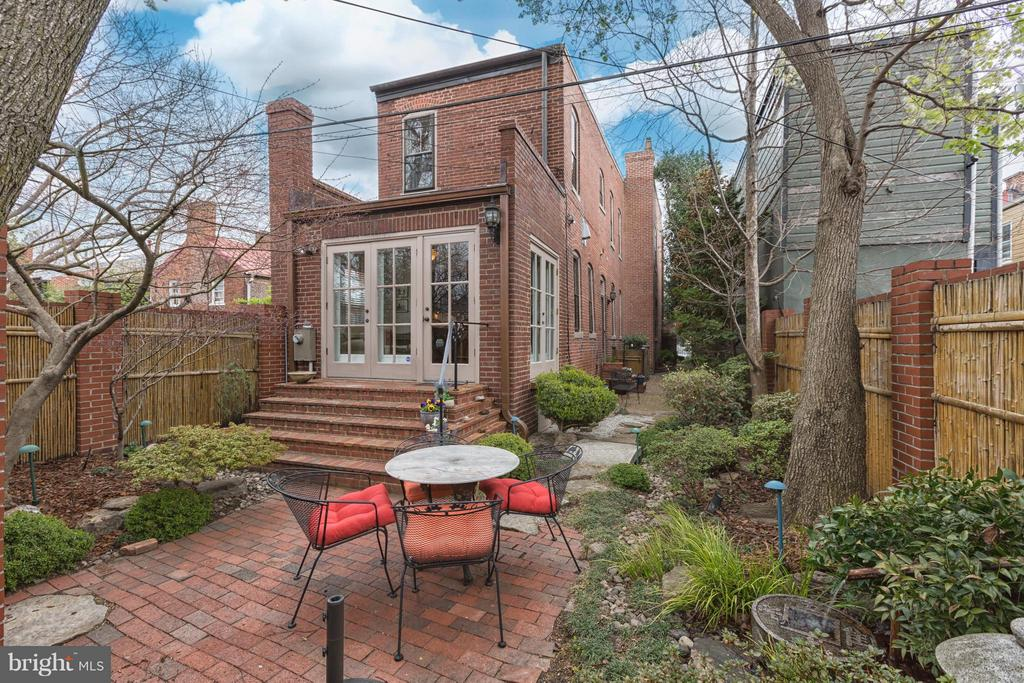 Large backyard with terrance - 218 ALFRED ST N, ALEXANDRIA
