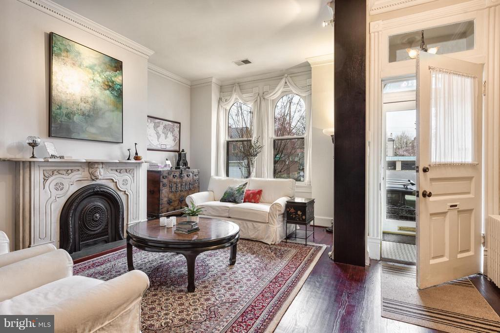 Double-sized living room with gas fireplace - 218 ALFRED ST N, ALEXANDRIA