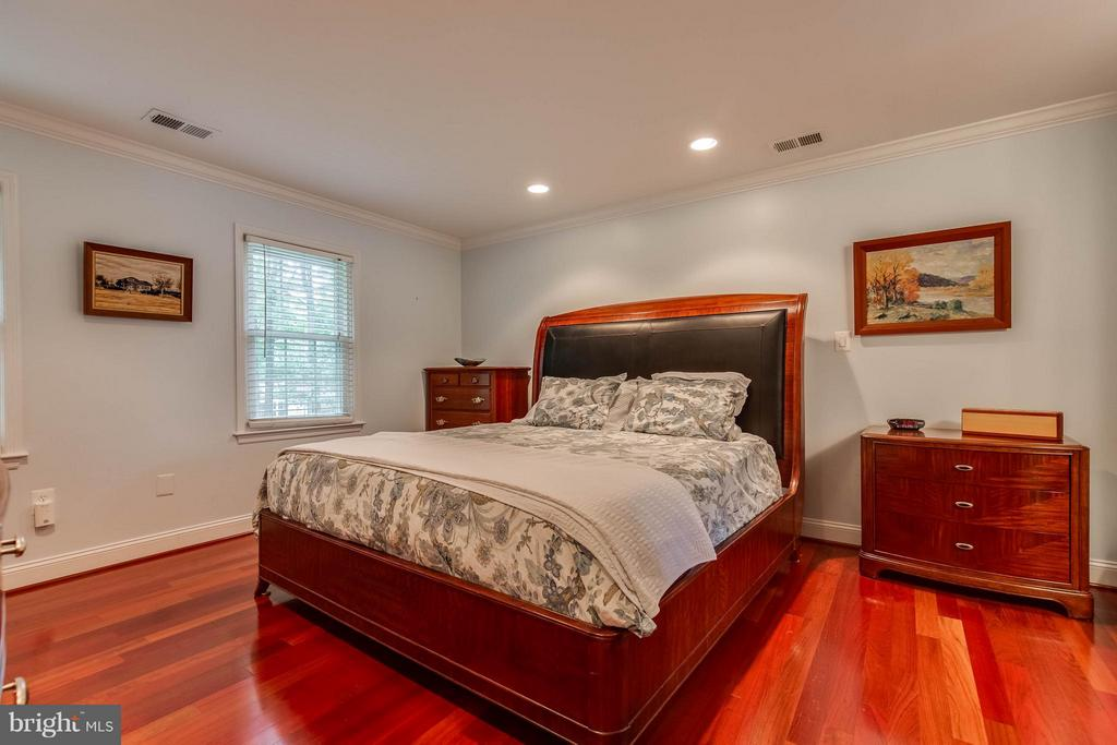 Hardwoods throughout upper level - 4820 POWELL RD, FAIRFAX