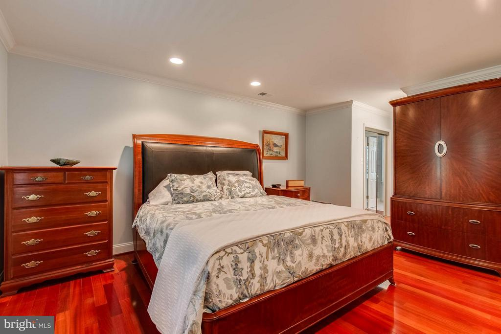 Recessed lights with switch at bedside - 4820 POWELL RD, FAIRFAX