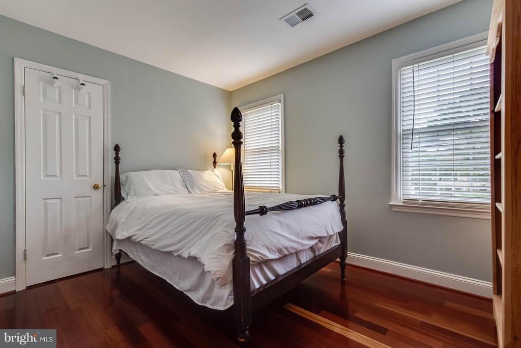 Large bedrooms - 4820 POWELL RD, FAIRFAX