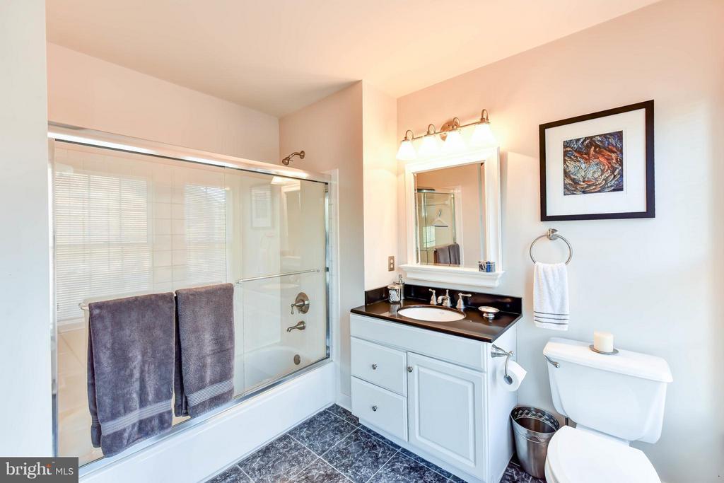 En suite bath #2 - 505 THOMAS ST N, ARLINGTON