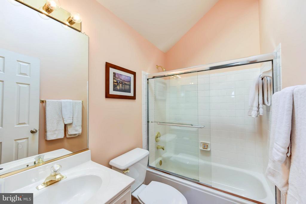 En suite bath #3 on the 4th level - 505 THOMAS ST N, ARLINGTON