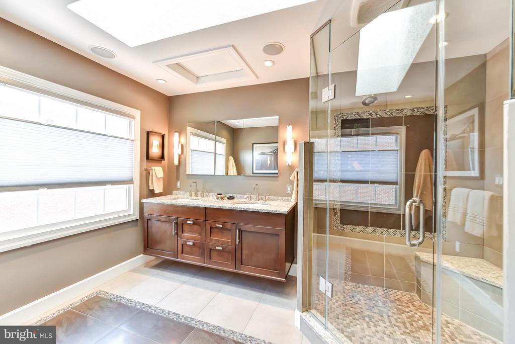 Renovated oversize shower & double vanity - 505 THOMAS ST N, ARLINGTON