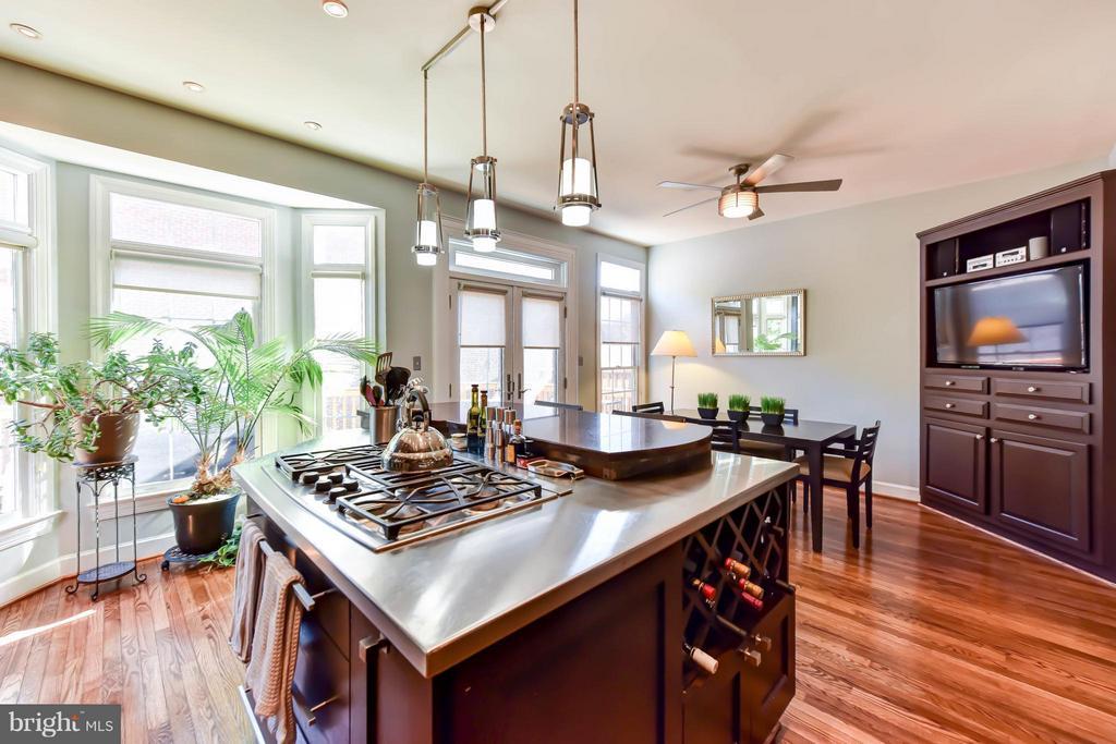 Kitchen with island & breakfast room - 505 THOMAS ST N, ARLINGTON