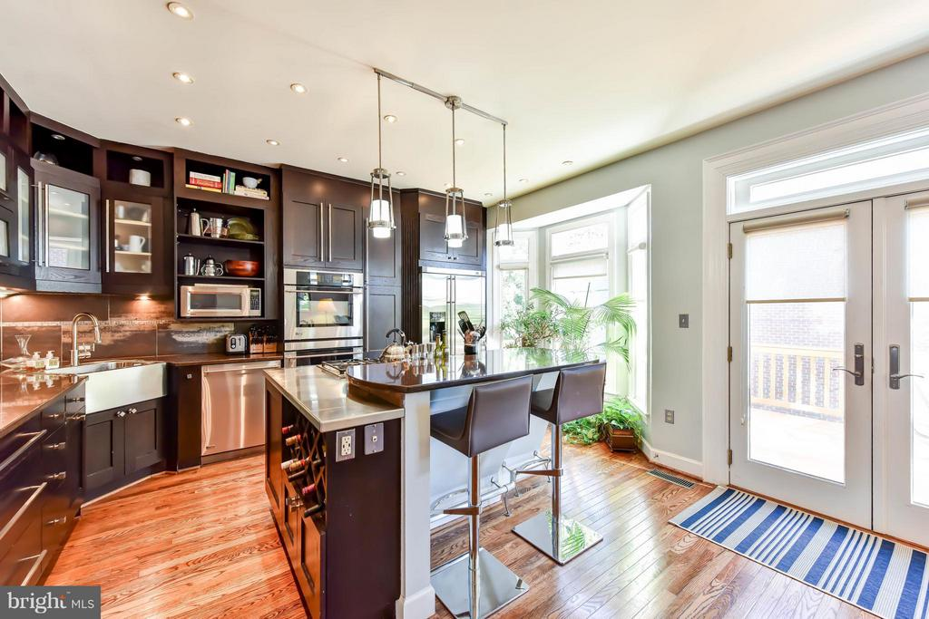 Gourmet kitchen with access to a deck - 505 THOMAS ST N, ARLINGTON