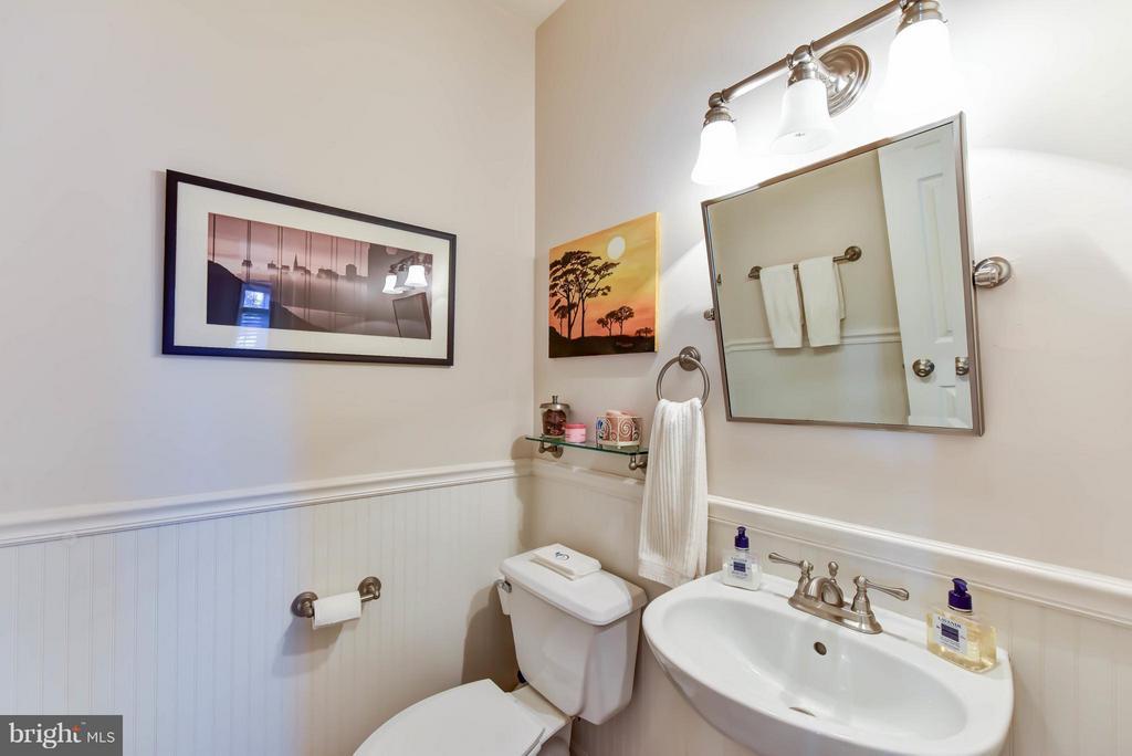 Main level half bath - 505 THOMAS ST N, ARLINGTON