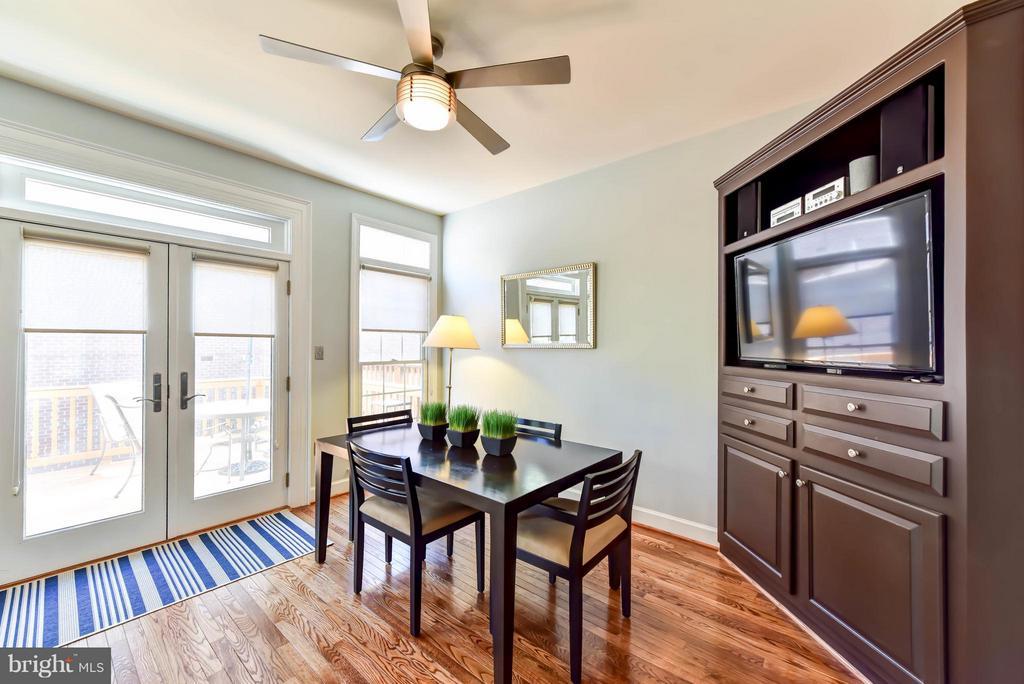 Breakfast room with built-in corner cabinet - 505 THOMAS ST N, ARLINGTON