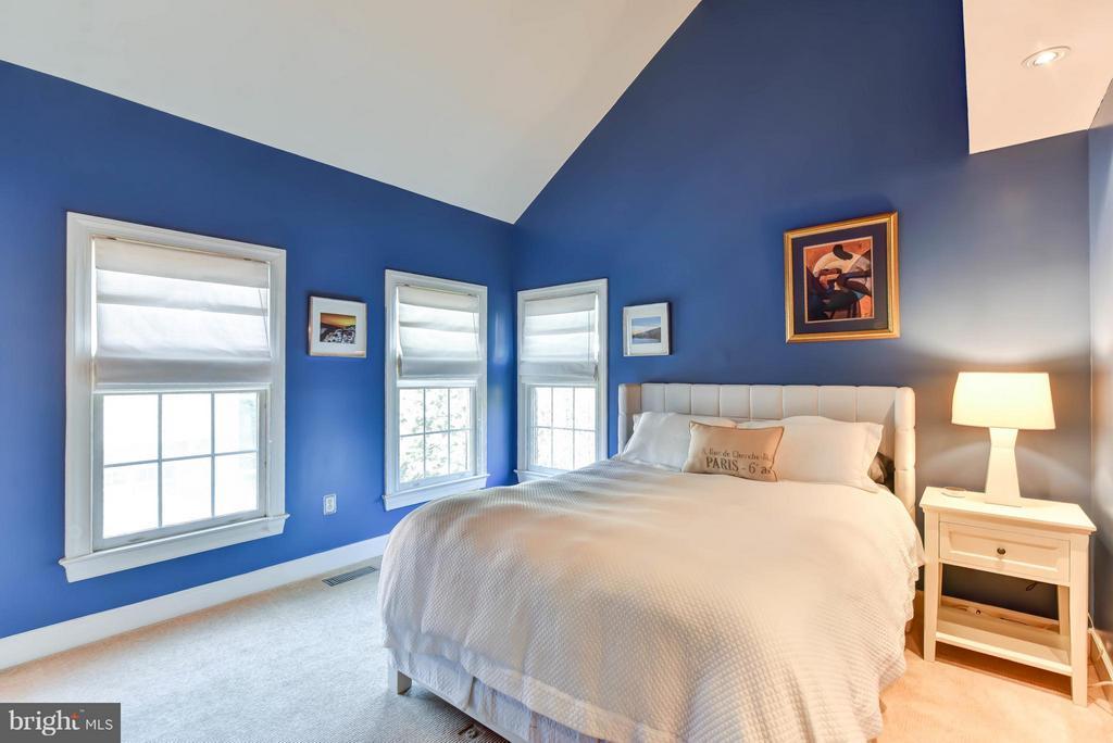 Bedroom #2 with en suite bath and walk-in closet - 505 THOMAS ST N, ARLINGTON
