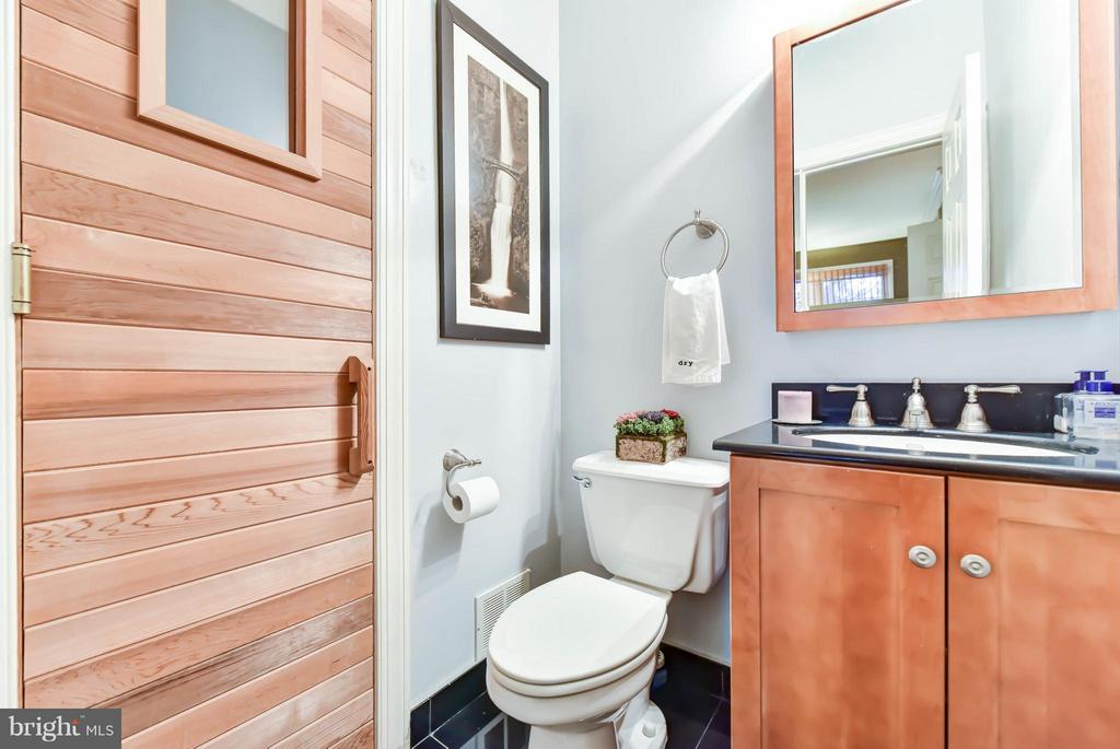Entry level half bath with a sauna - 505 THOMAS ST N, ARLINGTON