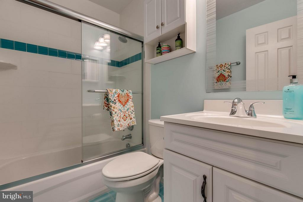 Updated hall bath - 4820 POWELL RD, FAIRFAX