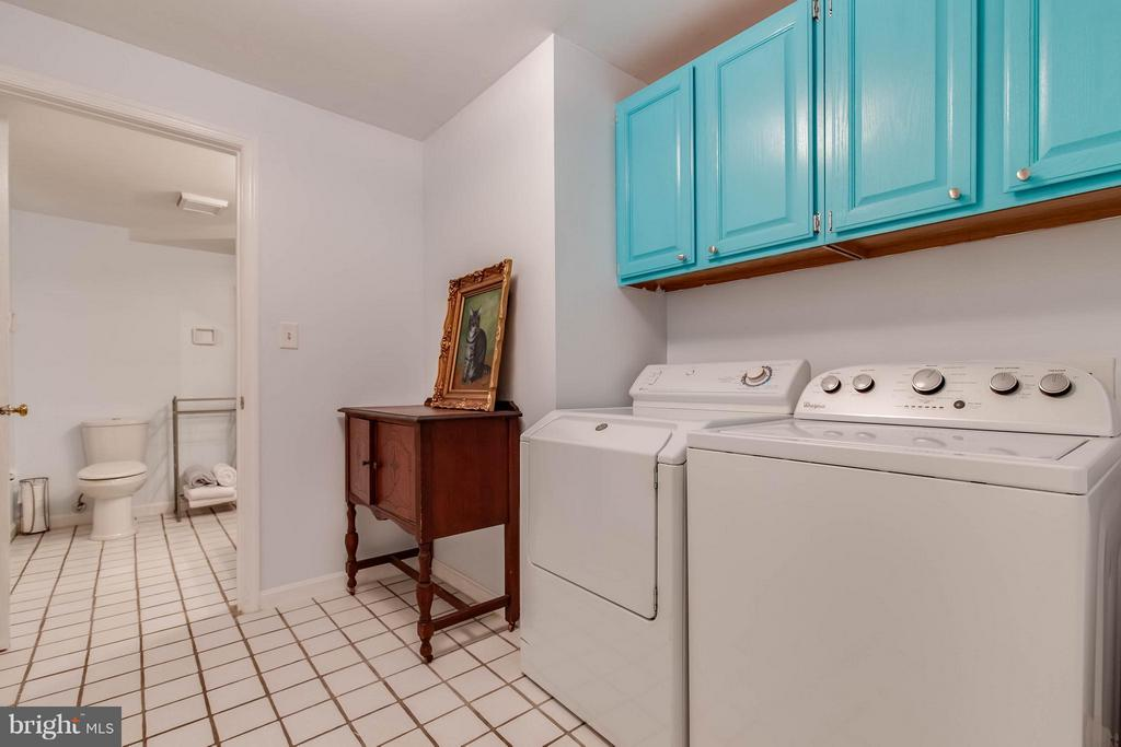 Large laundry room and full bath on LL - 4820 POWELL RD, FAIRFAX
