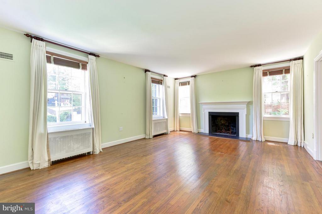 Lovely Living Room with a Fireplace - 2101 WALTONWAY RD, ALEXANDRIA