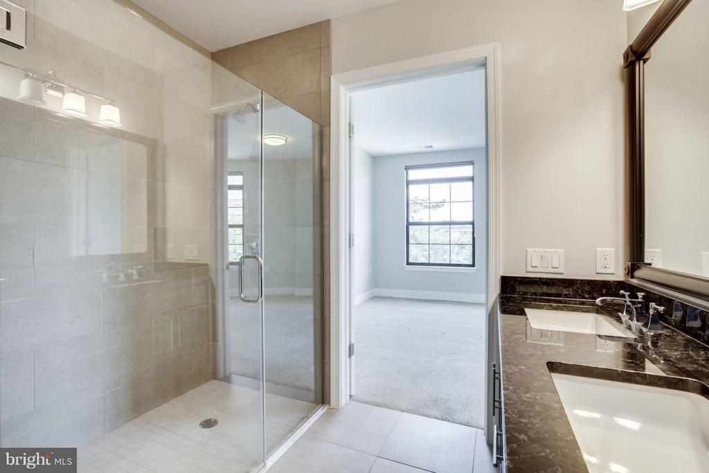 Spacious Shower - 2702 LEE HWY #3B, ARLINGTON