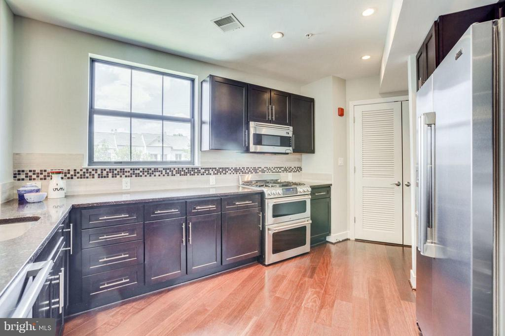 Chef's Kitchen - Gas Cooking and Loads of Storage - 2702 LEE HWY #3B, ARLINGTON