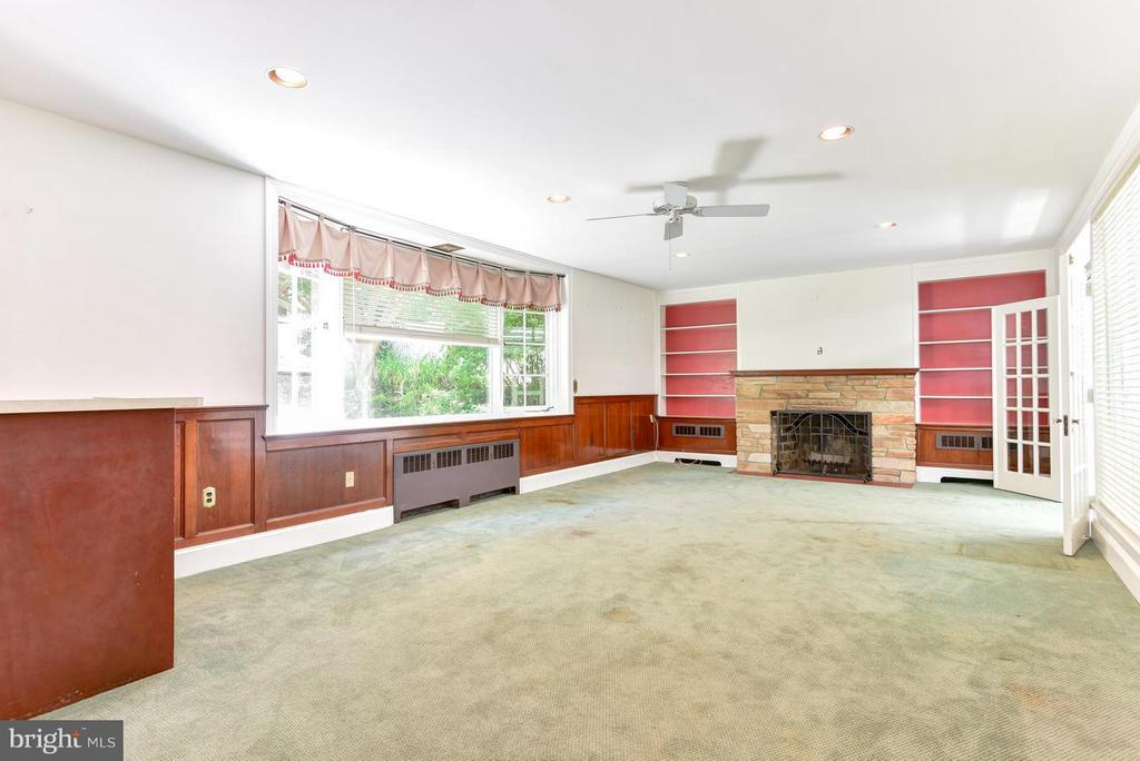 Spacious Family Room with a Wet Bar and Fireplace - 2101 WALTONWAY RD, ALEXANDRIA