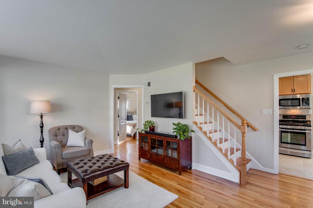 Gorgeous hardwood floors throughout - 6928 COLUMBIA DR, ALEXANDRIA