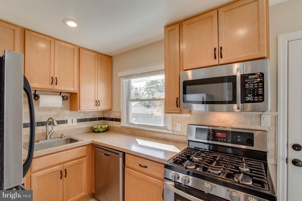 Updated kitchen - 6928 COLUMBIA DR, ALEXANDRIA