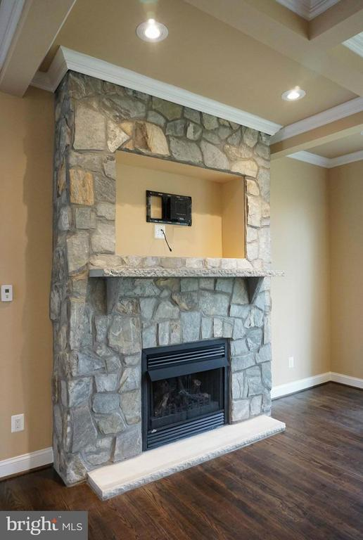 Fireplace - 7017 WOODLAND DR, SPRINGFIELD