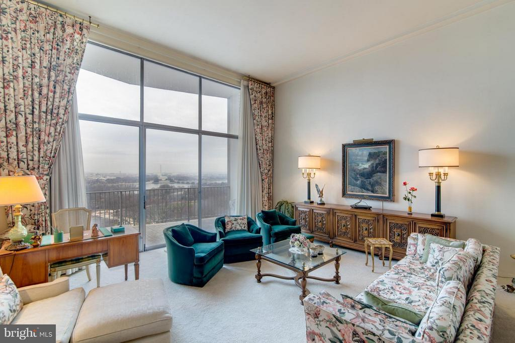 LR w/13 ft. ceiling - 1200 NASH ST #830, ARLINGTON