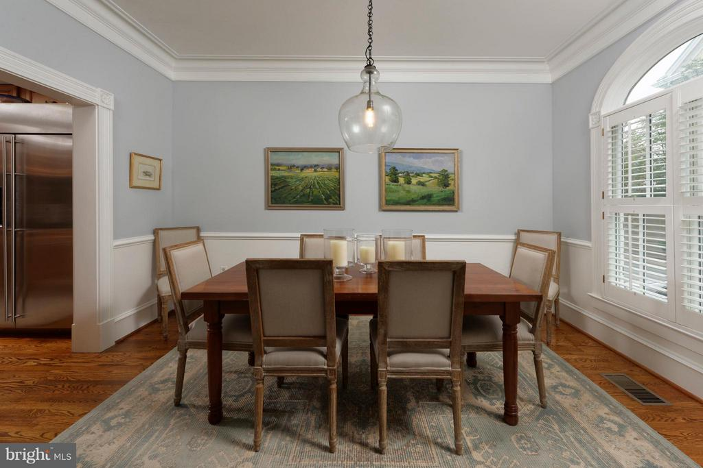 This dining room offers deep crown molding - 711 UNION ST S, ALEXANDRIA