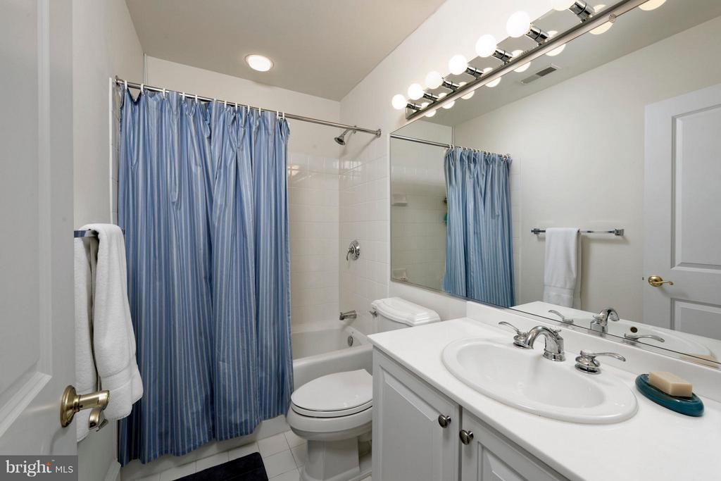 A crisp ensuite bathroom with ample storage - 711 UNION ST S, ALEXANDRIA